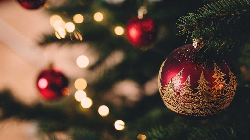 ¿Cómo limpiar las esferas de tu pino de navidad?